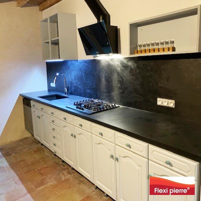 La feuille de pierre en cuisine Crédence et plan de travail avec la référence Ardoise
