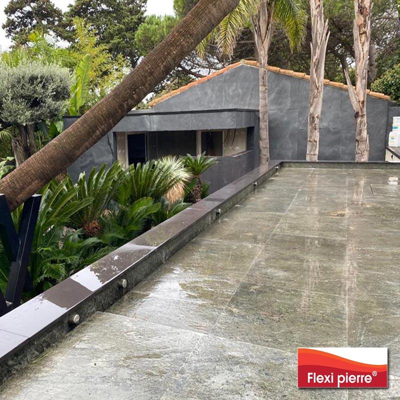 Illustration: chantier d'une piscine à fond variable, feuille de pierre Flexi-Pierre Gris Mercure posé dans le bassin.Ici chantier fini, fond relevé