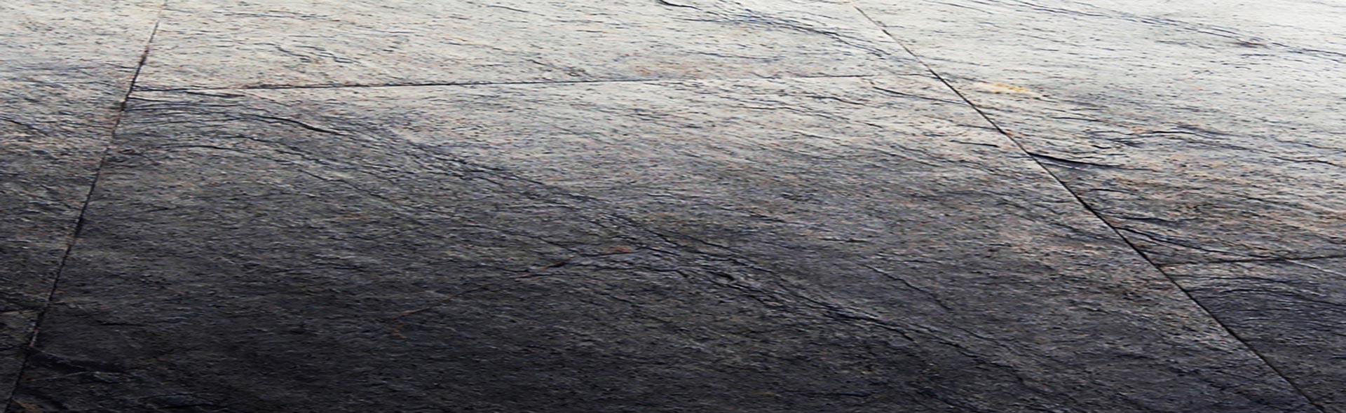 référence Gris Mercure posée au sol. Feuille de pierre Flexi Pierre