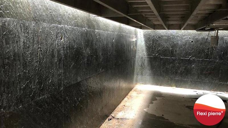 Feuille de pierre en piscine - Vue par dessous d'un bassin aux murailles recouvertes de Flexi Pierre, le fond mobile de la piscine est recouvert de feuilles de pierre, grâce à sa légèreté