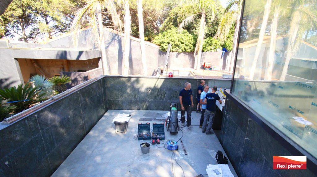 Pose de feuille de pierre en piscine