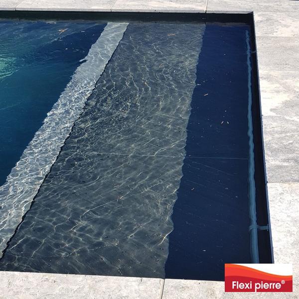 Feuille de pierre : référence Noir Stellaire, en piscine sous l'eau.