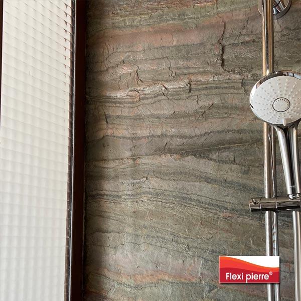 Référence Flexi Pierre Vert Europa en salle de bain, gros plan.
