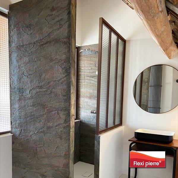 Référence Flexi Pierre Vert Europa en salle de bain, vue d'ensemble.