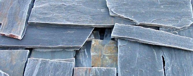 Notre métier: la pierre  Ardoise débitée sur la carrière, en hiver, couverte de givre.