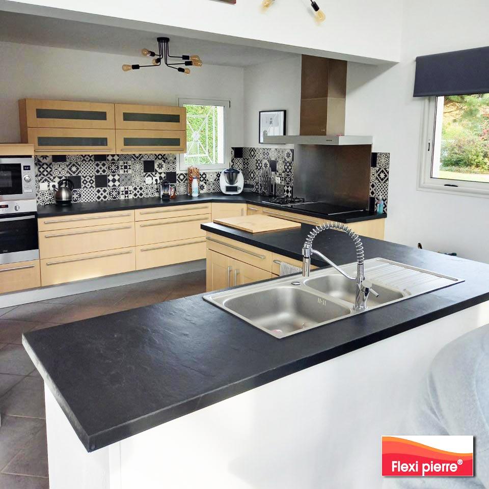 Plan de travail de cuisine avec les plans Flexi Pierre collés sous vide en atelier , technique brevetée