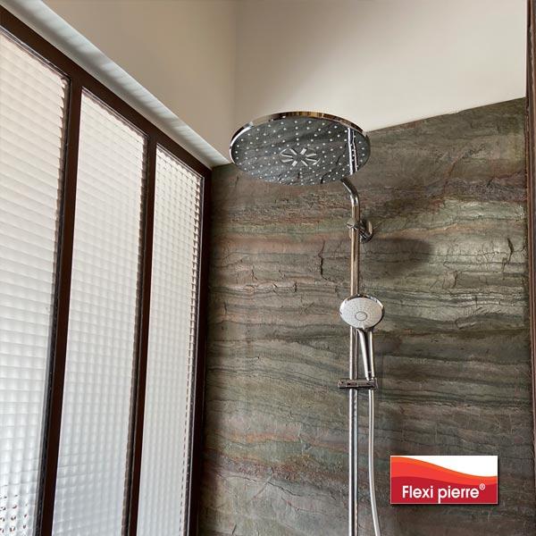 Salle de bain en pierre naturelle avec la feuille de pierre Flexi Pierre® référence Vert Europa.