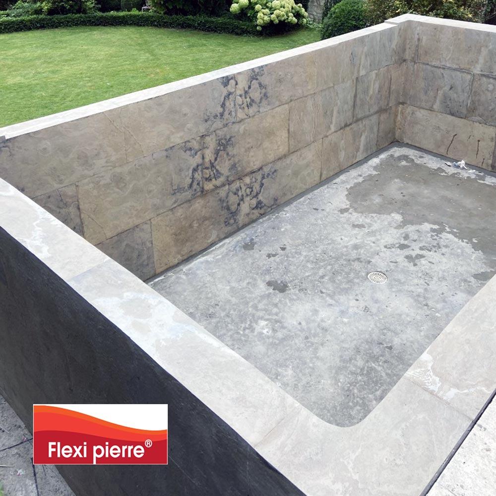 Feuille de pierre Brun Saturne en extérieur, pour un bassin de piscine.