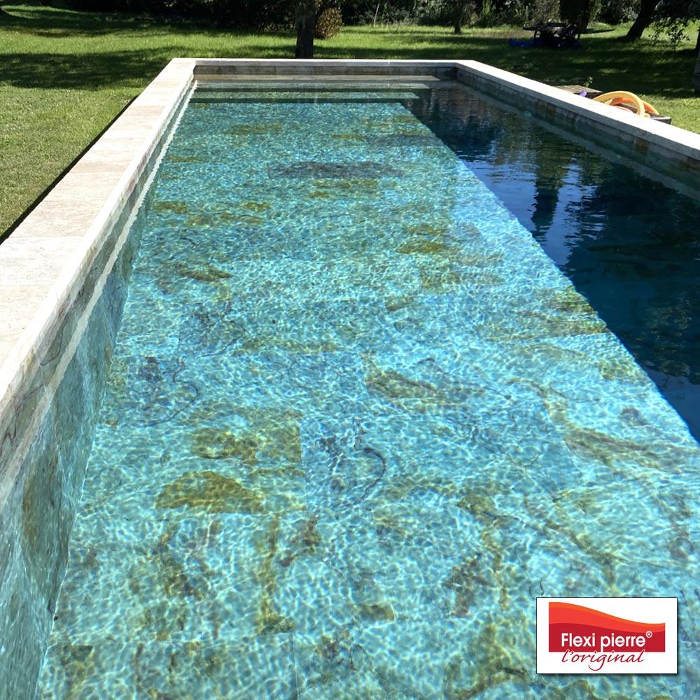 Les nuances de couleurs de la pierre sont magnifiées par les reflets de l'eau.