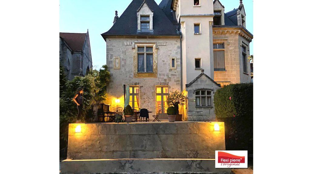 Feuille de pierre en piscine, utilisation de notre référence Brun Saturne pour une magnifique #piscine dans le jardin d'un château.